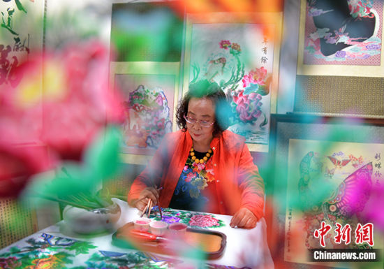 图为5月8日,河北石家庄,周淑英正在创作剪纸作品。中新社记者 翟羽佳 摄