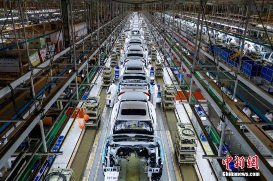 资料图:工人在位于武汉的东风本田总装生产线上工作。中新社记者 张畅 摄