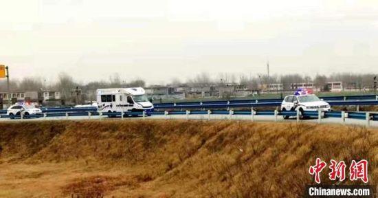 图为河北高速交警驾驶警车为救护车开道。 河北省交管局供图
