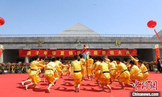 36名少年表演《长弓舞》,颂扬挥公发明弓矢、造福后人的功勋。 裴海潮 摄