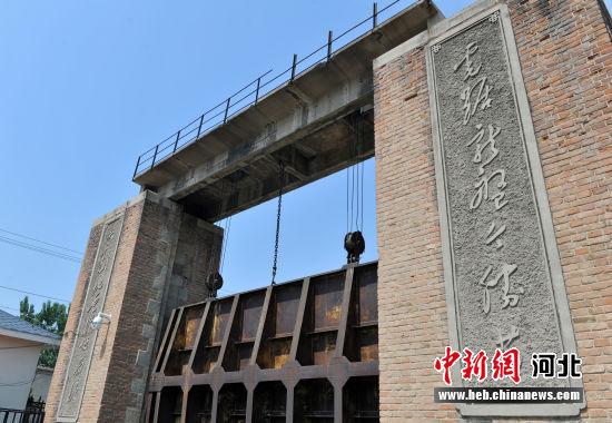 """图为府河上大闸两侧雕刻的诗词:""""虎踞龙盘今胜昔,天翻地覆慨而慷。"""" 韩冰 摄"""