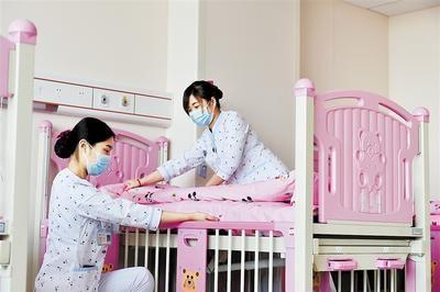 5月28日,中医儿科病房内,护士正在铺床。河北日报记者 赵海江摄