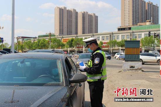 白沟新城交警开展交通执法。 孙鹏 摄