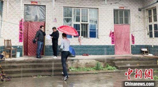 图为入户抽查邢台市临城县赵庄乡上红鹤村建档立卡贫困户危房改造情况。河北省住房和城乡建设厅供图