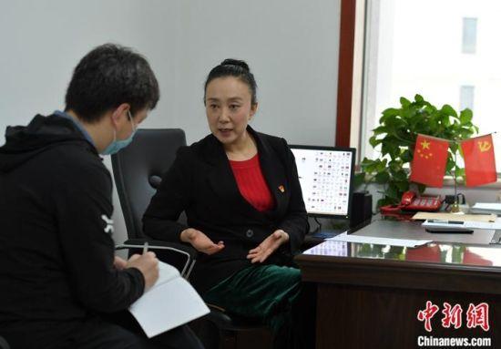 图为5月10日,河北石家庄,刘莉沙在办公室接受采访。 中新社记者 翟羽佳 摄