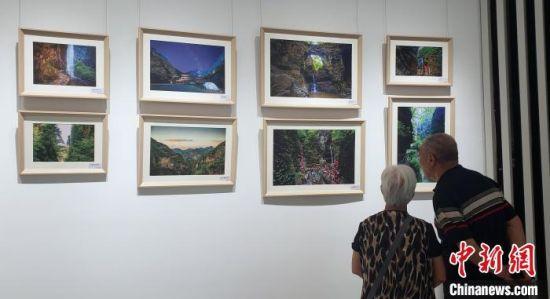 图为游客参观野三坡风光摄影和书画作品展。 徐巧明 摄