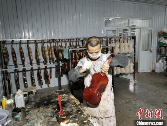 武强县豆村乡已脱贫人员黄国权工作现场。 王鹏 摄