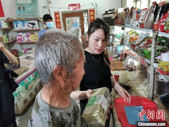 """饶阳县留楚乡东崔村已脱贫人员刘根立在""""爱心超市""""兑换生活用品。 王鹏 摄"""