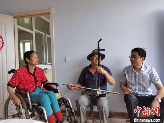图为仁和堡村第一书记刘增杰与村民交谈。 李洋 摄
