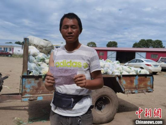 图为村民在蔬菜批发市场所卖蔬菜当天结算。 李洋 摄