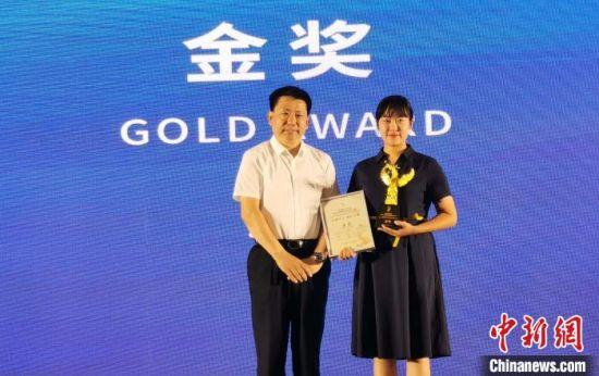 河北省文化和旅游厅党组成员、副厅长赵学锋为金奖获得者颁奖 张桂芹 摄