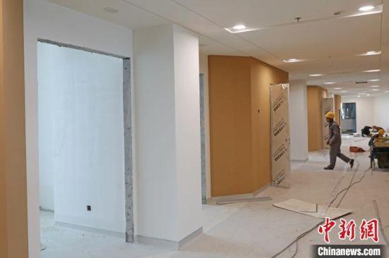 图为工人在进行室内装修施工。 武殿森 摄