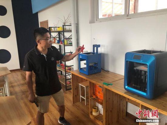 """8月18日,北京市海淀区中关村第三小学雄安校区在三年级以上班级开设""""人工智能与编程""""课程,学生可进行实践建模、3D打印。"""
