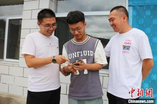 驻村工作队到王东明家帮助进行校园四年规划。 盖巧琳 摄