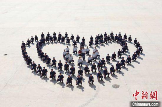 200名消防战友围成心形陪王霄龙求婚。 邯郸市消防救援支队 摄
