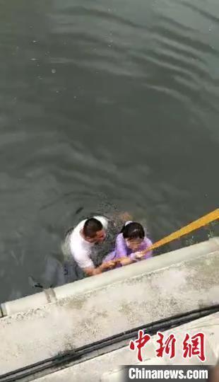 民警和群众合力把女孩拉上岸 视频截图