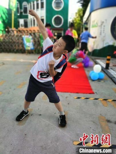 终于开学了,河北邢台一小学生即将走进学校。 张鹏翔 摄