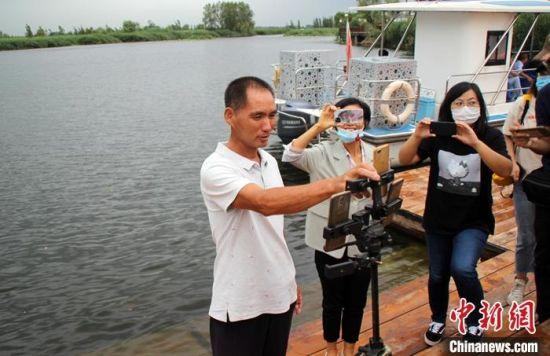8月中旬,白洋淀淀区邵庄子村村民邵小贝正在进行网络直播。 中新社记者 宋敏涛 摄