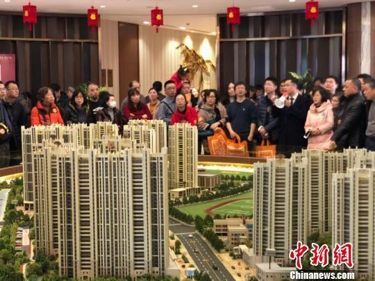 资料图:南京一家楼盘,置业顾问向看房人进行讲解。 朱晓颖 摄