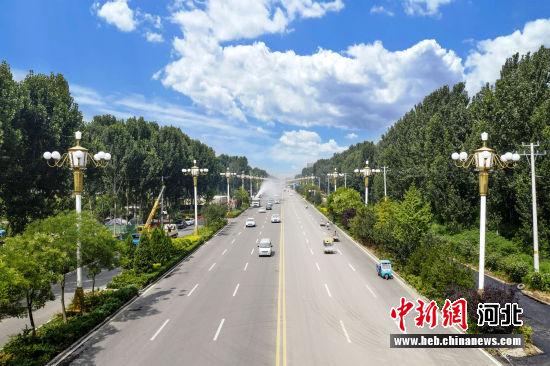 曲阳绿化亮化的道路(航拍图)。 贾明义 摄