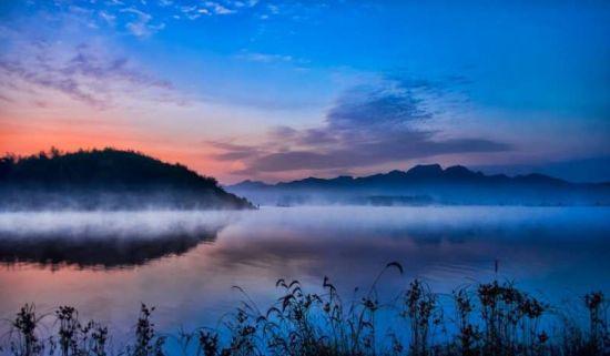 由于天气的原因,有时候水汽在水面蒸腾,形成一层薄纱,袅袅升腾宛如仙境一般。刘静宇 摄