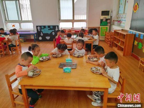 衡水市第一幼儿园小朋友们午餐现场。 王鹏 摄