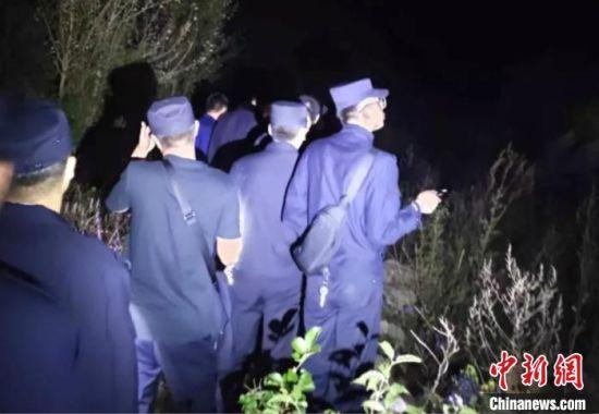 图为救援人员在深山中搜救。 怀来县公安局供图