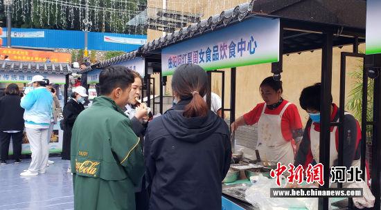 游客在活动现场品尝美食。 徐巧明 摄
