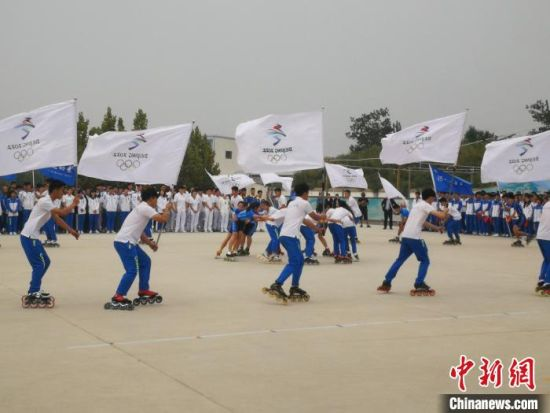 活动现场,河北体育学院冰雪运动系学子进行轮滑旗林队表演。 李晓伟 摄