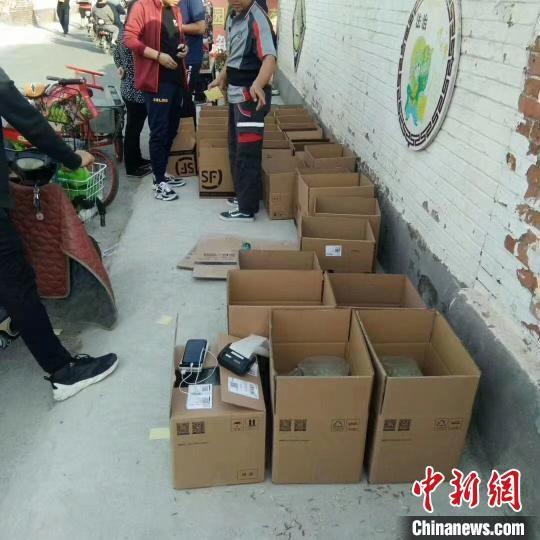 图为快递装箱发往全国。 杜伟华 摄