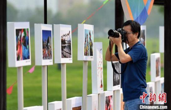 图为记者聚焦大运河生态修复展示区的图片展示长廊。 翟羽佳 摄