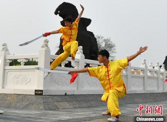 图为位于沧县铁狮子旧城遗址公园的青少年武者。 翟羽佳 摄