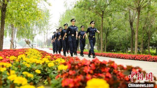 图为女子特警巡逻队队员在环境优美的南湖景区执勤。 白云水 摄