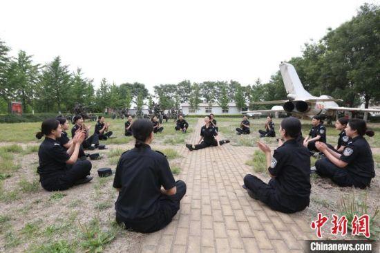 图为女子特警巡逻队队员工作之余欣赏队员舞蹈技艺。 白云水 摄
