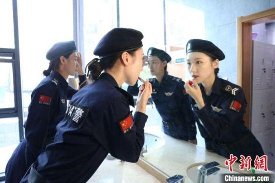 图为女子特警巡逻队队员整理妆容。 白云水 摄