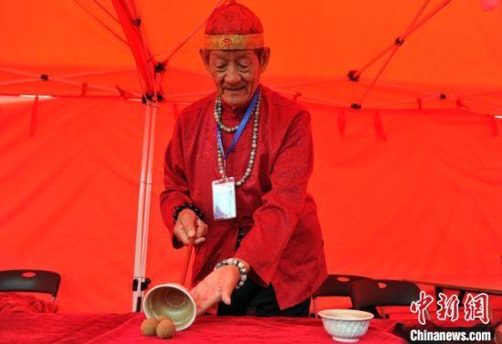 """吴桥老艺人表演中国传统戏法""""三仙归洞""""。 韩冰 摄"""