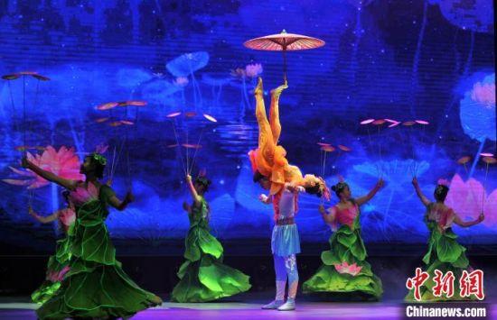 在沧州文化艺术中心演出的非遗杂技诗剧《一船明月过沧州》充分展现沧州杂技的风采神韵。 韩冰 摄