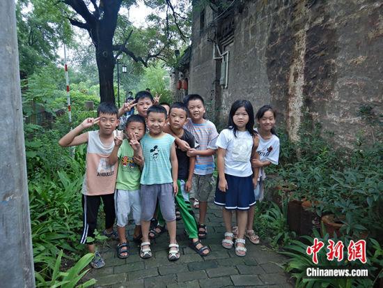 图为8月17日,一群孩童在该村游玩。中新社记者 翟羽佳 摄