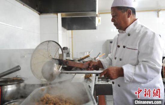 图为吴丕发正在进行吴氏清真八大碗的制作。 韩冰 摄