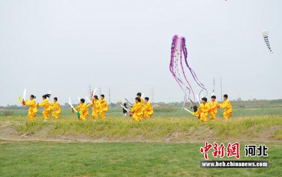 在黄骅市郛堤城遗址上的武术表演。 韩冰 摄