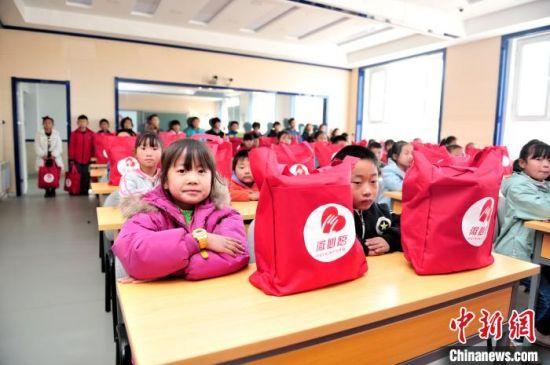 隆化县汤头沟镇中心小学的学生领取爱心包(资料图)共青团隆化县委员会供图