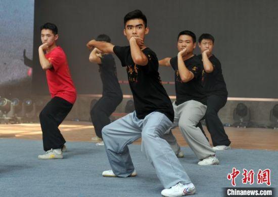 图为孟村八极拳弟子正在练习八极拳的拳架。 韩冰 摄
