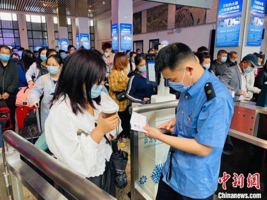 资料图:图为旅客检票进站。哈铁提供