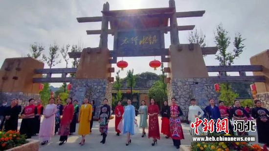 易县恋乡・太行水镇举办的汉服秀表演。 保定市文旅局供图