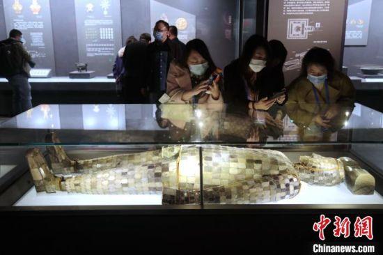 图为观众参观中山简王刘焉鎏金铜缕玉衣。 张远 摄