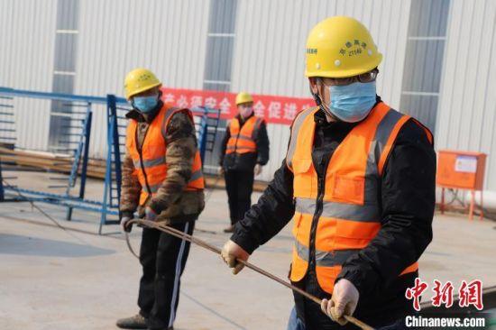 京德高速公路的建设工人戴着口罩正在准备绑扎预制梁顶板钢筋 武子杰 摄