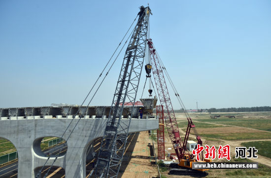 图为京雄高速公路(河北段)项目施工现场。 韩冰 摄