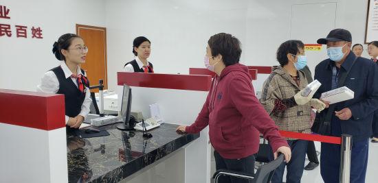 当地民众在向保定银行服务人员咨询业务。 徐巧明 摄