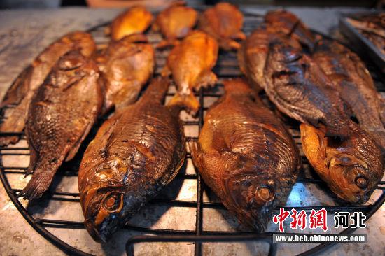 图为制作完成的赵北口熏鱼。 韩冰 摄
