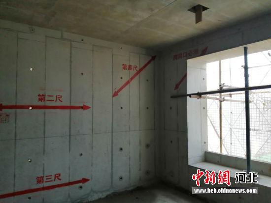在每个房间的每一面墙上,都有测量平整度的红色标尺印记。 韩冰 摄